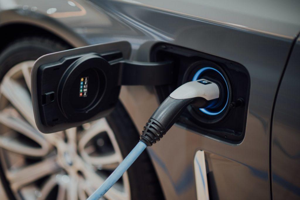 מדריך לטעינה בבית של רכב חשמלי (EV)